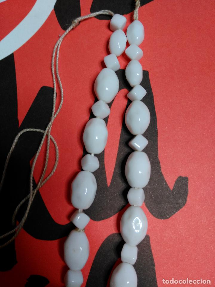 Artesanía: Collar de cuentas blancas. Diferentes tamaños y formas. - Foto 3 - 126734047