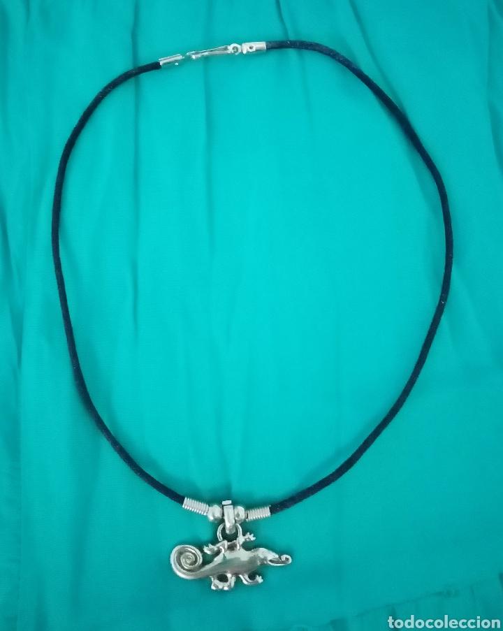 Artesanía: Curioso Camaleón plateado colgante, gargantilla, collar con cordón de cuero negro - Foto 2 - 214952690