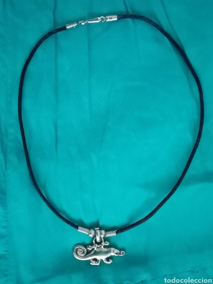 Artesanía: Curioso Camaleón plateado colgante, gargantilla, collar con cordón de cuero negro - Foto 4 - 214952690