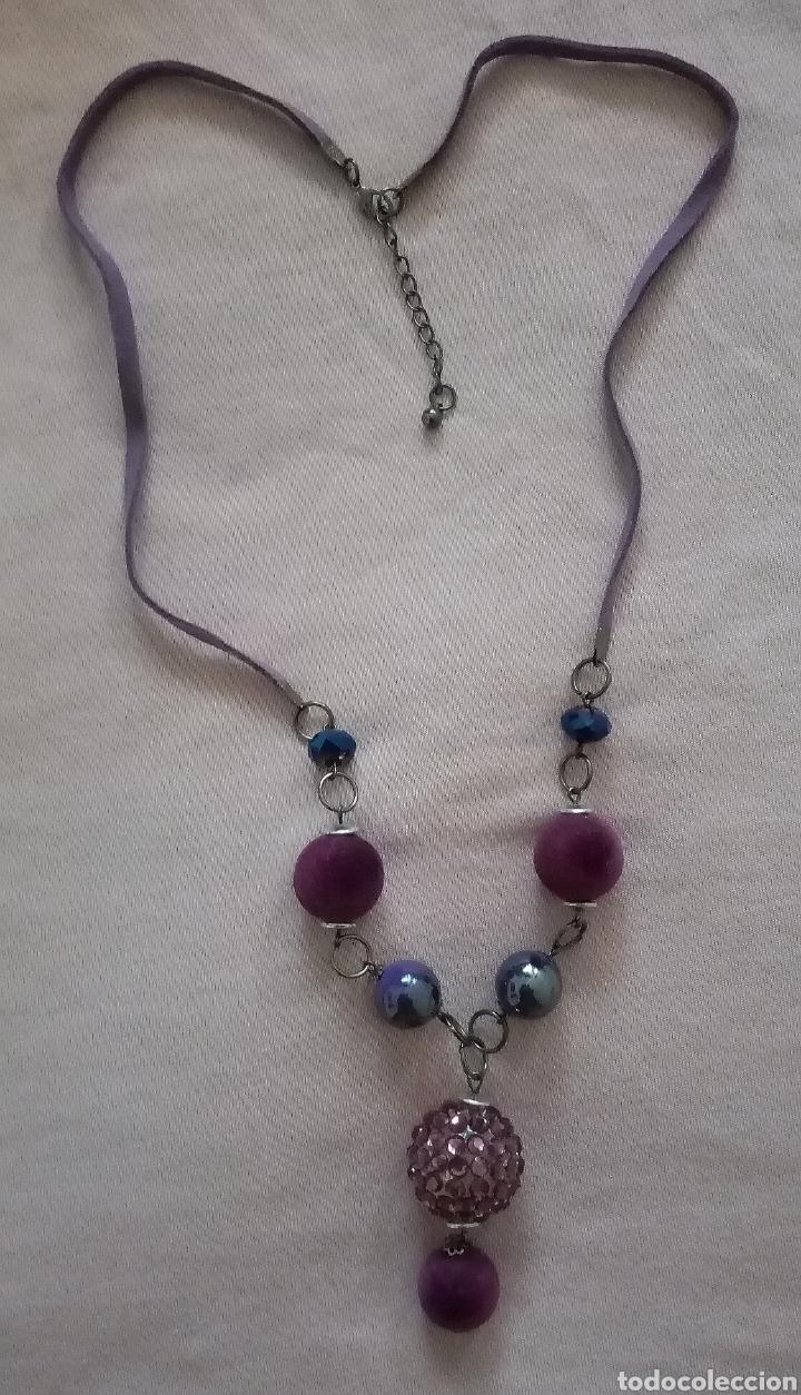 Artesanía: Lindo collar morado con cuentas en diferentes tonalidades, tamaños y formas combinado con caucho. - Foto 2 - 215356113