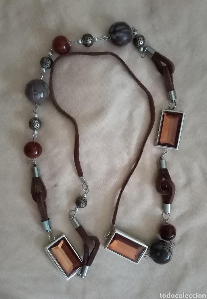 Artesanía: Bonito collar con cuentas de color marrón y gris de diferentes tamaños y formas combinado con caucho - Foto 3 - 215370126
