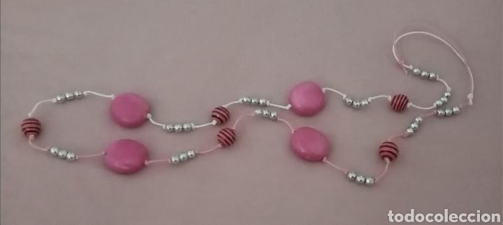 Artesanía: Lindo collar con diferentes cuentas color rosa y plateado. Combinado con cordón rosa y blanco - Foto 3 - 215886102