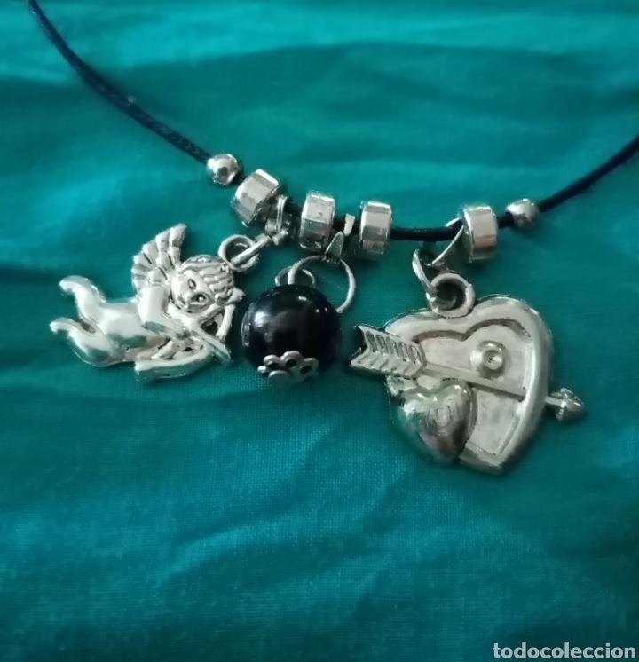 Artesanía: Lindo collar con 3 colgantes plateados y negro. Cupido, 1corazón, 1 bolita y 1 cordón de cuero negro - Foto 3 - 216994707