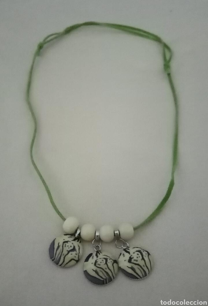 Artesanía: Precioso collar combinado con 3 colgantes safari, cuentas de madera beis y un cordón de caucho verde - Foto 2 - 217919825
