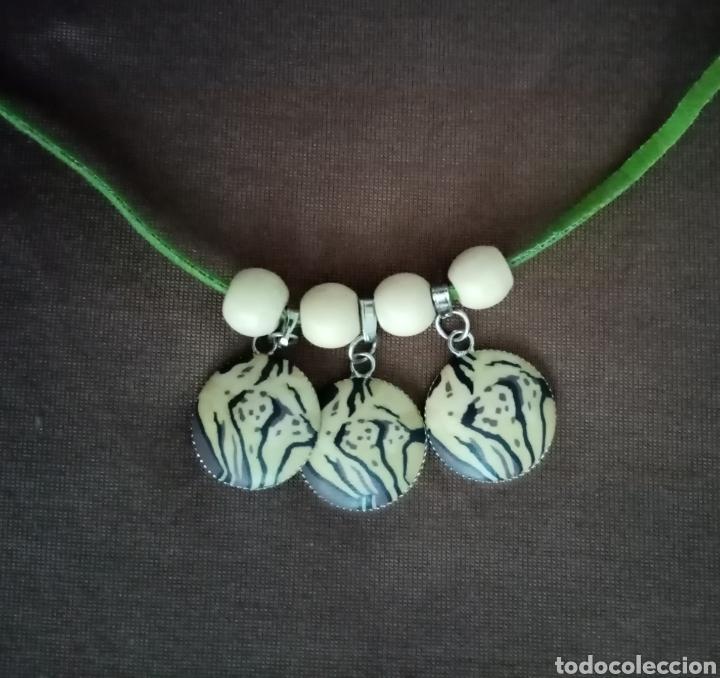 Artesanía: Precioso collar combinado con 3 colgantes safari, cuentas de madera beis y un cordón de caucho verde - Foto 3 - 217919825
