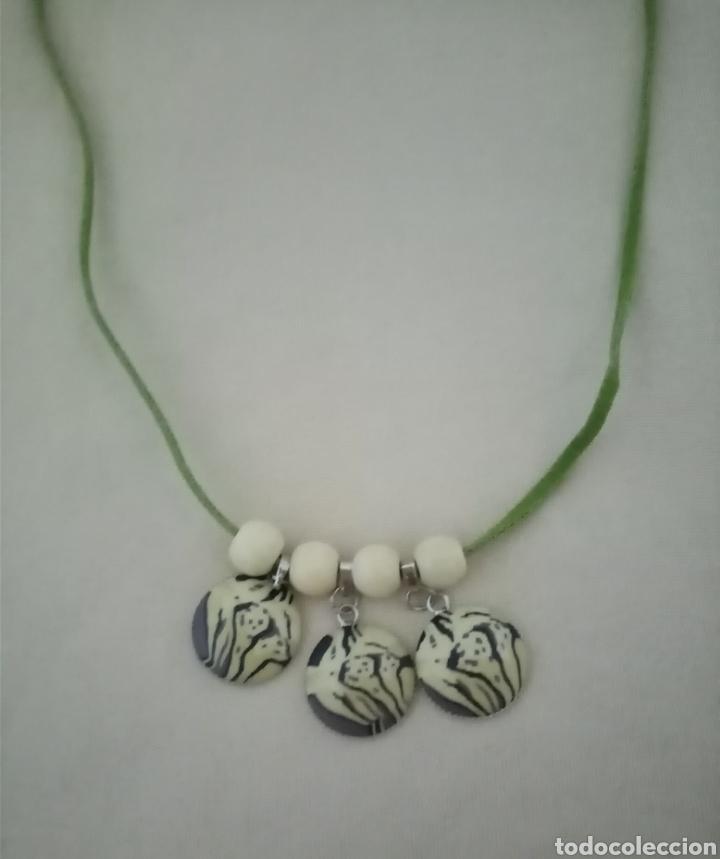 Artesanía: Precioso collar combinado con 3 colgantes safari, cuentas de madera beis y un cordón de caucho verde - Foto 4 - 217919825
