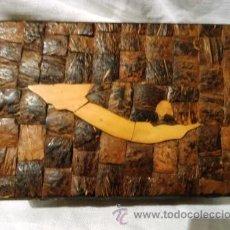 Artesanía: CAJA DE MADERA FORRADA EN LAMINAS DE COCO 16CM. Lote 42645418