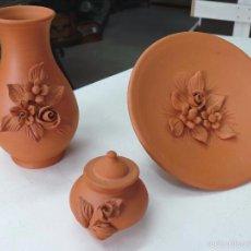 Artesanía: JUEGO DE PLATO-JARRON Y BOMBONERA EN BARRO CON FLOR EN RELIEVE. Lote 56913488