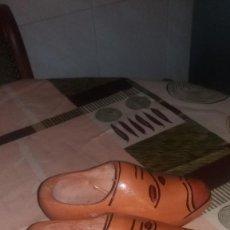 Artesanía: PAREJA DE ZUECOS TALLADOS EN MADERA,DECORACION.. Lote 66274318