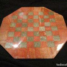 Artesanía: TABLERO DE AJEDREZ DE ALABASTRO COLOR ROJO Y GRIS VERDOSO.. Lote 91592495