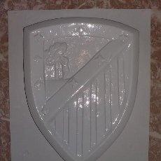 Artesanía: MOLDE DE ESCAYOLA ESCOLAR AÑOS 80. ESCUDO ATLETICO DE MADRID. Lote 99211115