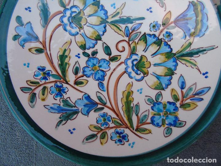 Artesanía: PLATO DE CERÁMICA FLORES AZULES Y VERDES.30CM. PINTADO A MANO ALFONSO ALCAIDE. LAS RAMBLAS (CORDOBA) - Foto 3 - 106695931