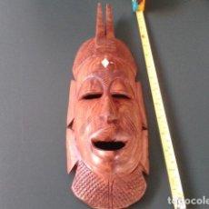 Artesanía: MASCARA ANTIGUA TALLA MADERA AFRICANA CON INCRUSTACIONES DE HUESO DE 37 CM . Lote 121052975