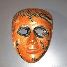 Artesanía: ANTIGUA MASCARA DECORATIVA HECHA EN INDIA - LATON BRONCE. Lote 136508609