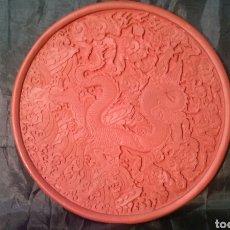 Artesanía: PLATO, BANDEJA, PEANA DRAGÓN CHINO EN ROJO. MUY BONITA. PARA JARRÓN.. Lote 142663997