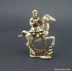 Artesanía: ESTATUA - HOMBRE A CABALLO - REALIZADO EN PLATA TIBETANA. Lote 146741678