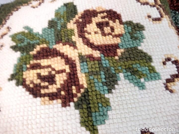 Artesanía: Lote de 2 cojines bordados a mano,motivo floral. - Foto 3 - 147781054