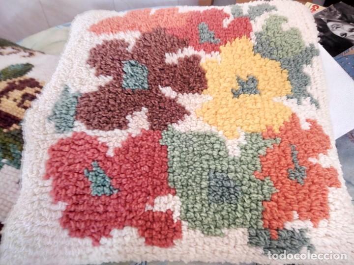 Artesanía: Lote de 2 cojines bordados a mano,motivo floral. - Foto 5 - 147781054