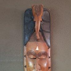 Artesanía: MÁSCARA AFRICANA DE MADERA TALLADA CON INCRUSTACIONES DE HUESO. 52CM. SENEGAL. ARTE ÉTNICO AFRICANO.. Lote 153430150