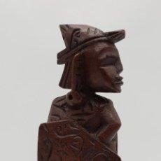 Talla antigua de guerrero indígena bellamente tallado a mano en madera .