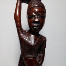Artesanía: ANTIGUA FIGURA DE MADERA TALLADA DE MUJER AFRICANA (EXCELENTE DECORACIÓN BONITOS DETALLES). Lote 167189916