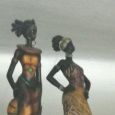 Artesanía: PAREJA DE FIGURAS DE MUJERES AFRICANAS ESTILIZADAS *** ARTE ÉTNICO ***. Lote 168894644