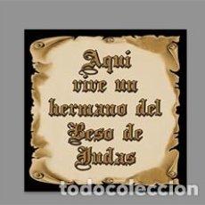Artesanía: AZULEJO 10X10 DE AQUÍ VIVE UN HERMANO DEL BESO DE JUDAS. Lote 169330428