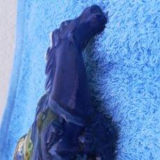 Artesanía: CABALLO POLICROMADO DE PORCELANA. FIRMADO EN LA BASE. Lote 170337234