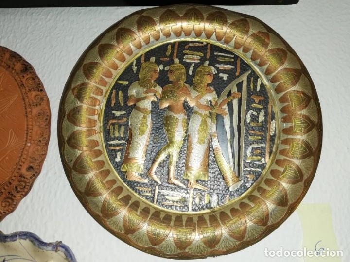 MAGNÍFICO PLATO METÁLICO DECORATIVO MOTIVOS EGIPCIOS DE 33CM. (Artesanía - Hogar y Decoración)