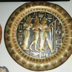 Artesanía: MAGNÍFICO PLATO METÁLICO DECORATIVO MOTIVOS EGIPCIOS DE 33CM.. Lote 173538109