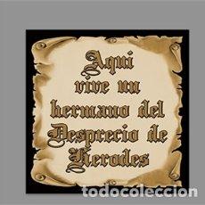 Artesanía: AZULEJO 10X10 DE AQUÍ VIVE UN HERMANO DEL DESPRECIO DE HERODES. Lote 174160403