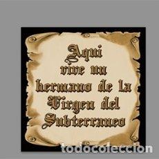 Artesanía: AZULEJO 10X10 DE AQUÍ VIVE UN HERMANO DE LA VIRGEN DEL SUBTERRÁNEO. Lote 175673195