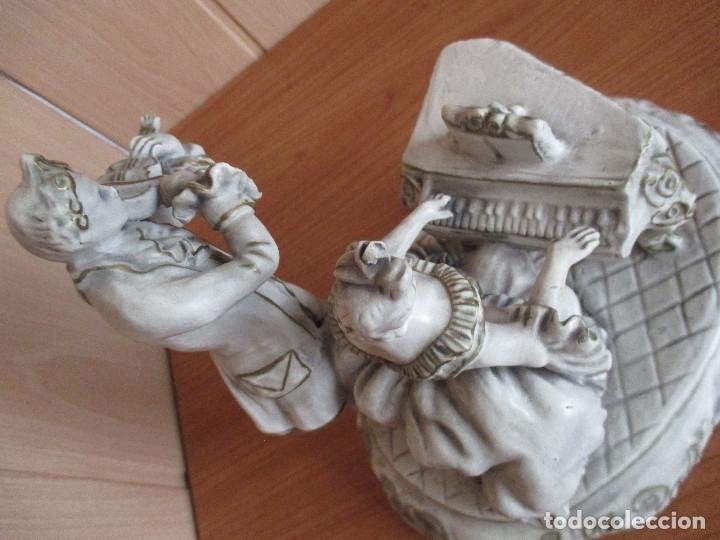 Artesanía: MUY BONITA FIGURA DECORATIVA , CON DAMA Y CABALLERO AL PIANO Y AMBIENTADO EN EL SIGLO XVIII - Foto 4 - 180051273