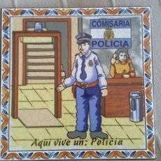 Artesanía: AZULEJO AQUÍ VIVE UN POLICÍA (NACIONAL). Lote 183467711