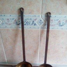 Artesanía: 2 CAZOS DE BRONCE Y HIERRO ANTIGUOS. Lote 198634372
