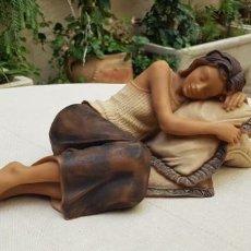Artesanía: BONITA FIGURA EN RESINA DE MUJER RECOSTADA SOBRE COJIN. Lote 201113297