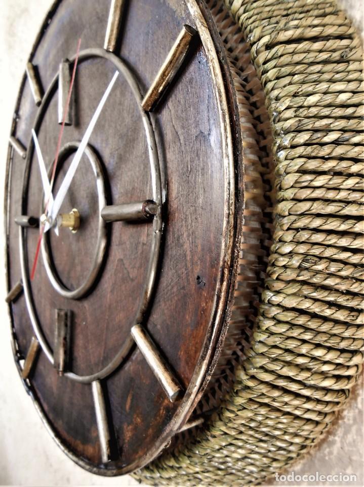 Artesanía: Reloj de Pared Artesanal Minimalista - D = 40 cm - Metal, Madera rustica y bambú - Diseño Retro - Foto 2 - 257703790