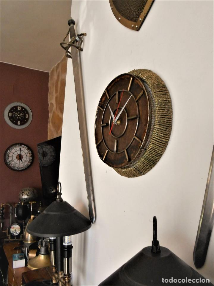 Artesanía: Reloj de Pared Artesanal Minimalista - D = 40 cm - Metal, Madera rustica y bambú - Diseño Retro - Foto 6 - 257703790
