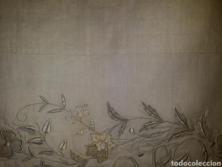 Artesanía: Sábana de hilo bordada a mano y con puntilla. 1910 - Foto 3 - 288707308