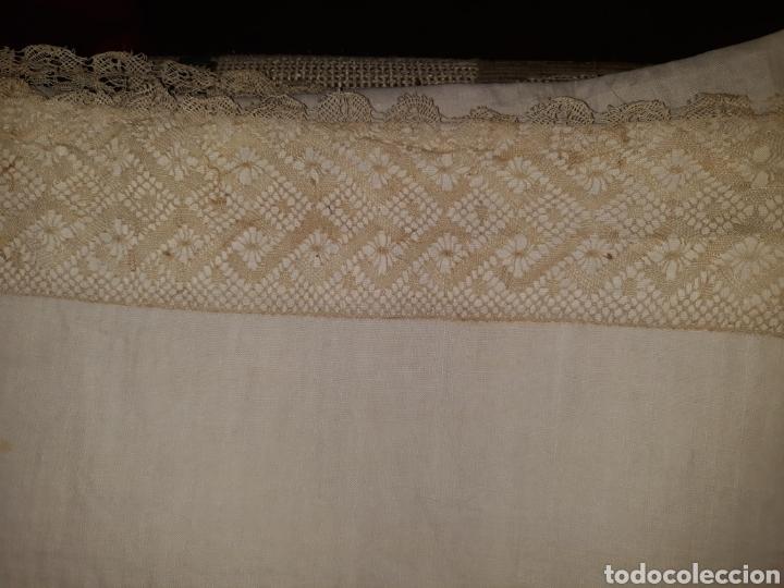 Artesanía: Sábana de hilo bordada a mano y con puntilla. 1910 - Foto 4 - 288707308