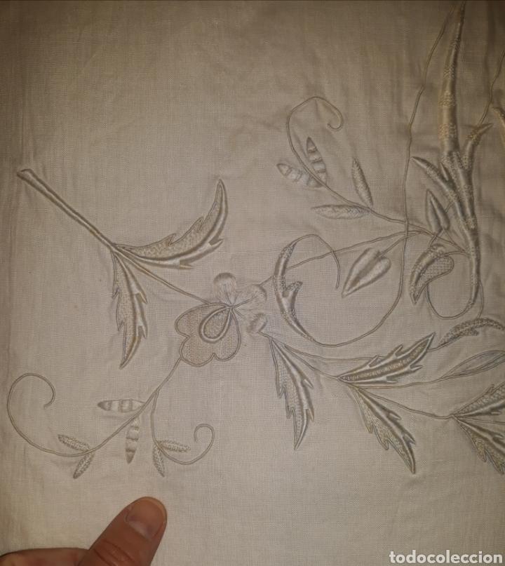 Artesanía: Sábana de hilo bordada a mano y con puntilla. 1910 - Foto 5 - 288707308
