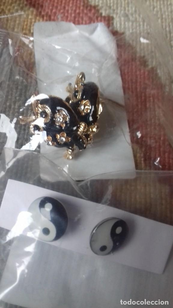 Artesanía: Lote 2 pares de pendientes bisuteria, ying yang y buhos y bolsa de regalo Nuevos - Foto 2 - 152661686