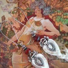 Artesanía: ORIGINALES PENDIENTES LARGOS DISEÑO ART NOVEAU, ELEMENTO ETNICO Y CRYSTAL CHECO ROJO, COLOR PLATA. Lote 202814733