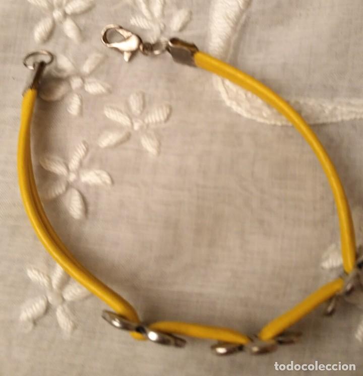 Artesanía: Pol 7 Pulsera cuero amarillo con tres abalorios flores y cierre mosquetón - Foto 2 - 130195647