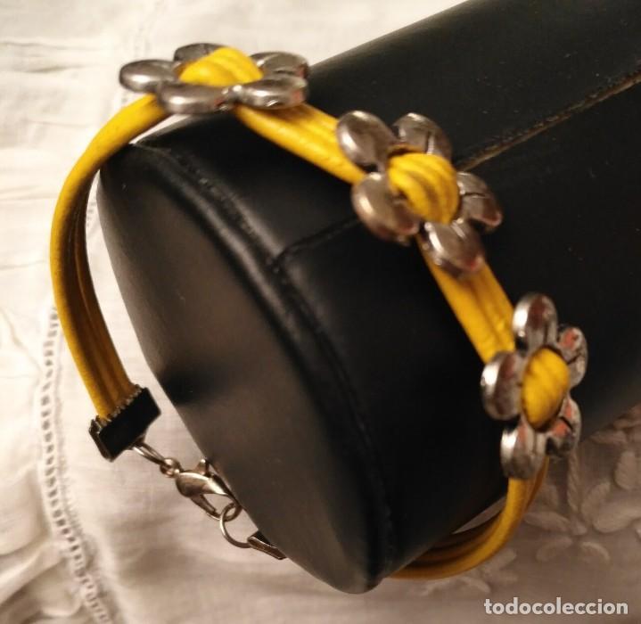 Artesanía: Pol 7 Pulsera cuero amarillo con tres abalorios flores y cierre mosquetón - Foto 3 - 130195647