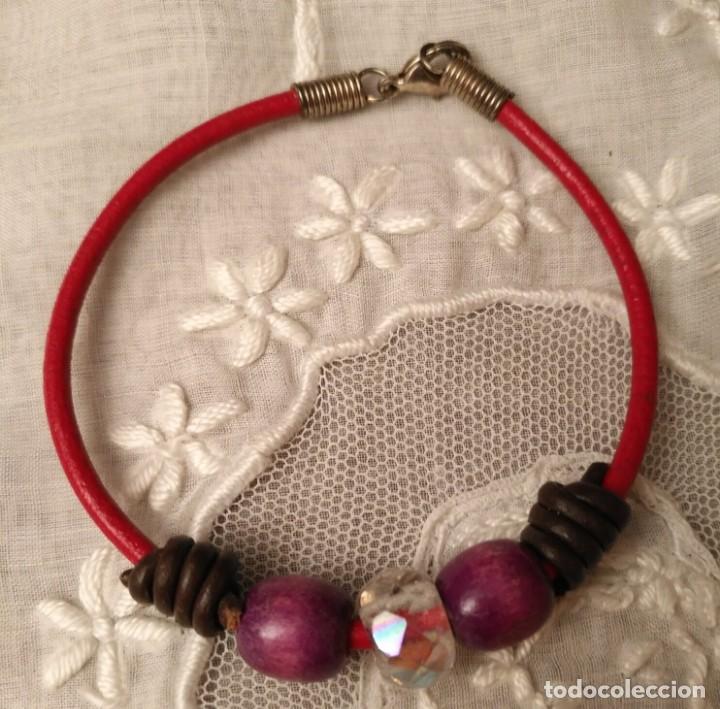 Artesanía: Pol 10 Pulsera cuero rojo con cuentas madera y cristal - Cierre mosquetón - 20cm largo - Foto 3 - 130681654