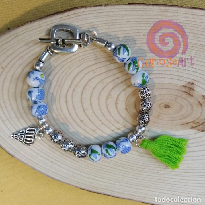 Artesanía: Pulsera artesanal de cuero con cuentas de cristal decoradas de peces tonos azul - Foto 2 - 161406474
