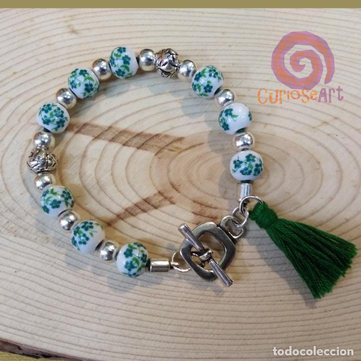 Artesanía: Pulsera artesanal de cuero con cuentas de cristal decoradas de flores tonos verde - Foto 2 - 161406686