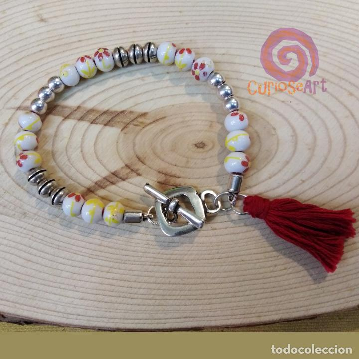 Artesanía: Pulsera artesanal de cuero con cuentas de cristal decoradas de flores - Foto 2 - 161406858