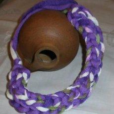 Kunsthandwerk - GAR 3 Collar / Gargantilla artesanal lila, verde y blanco - Grosor 4cm - 105364279
